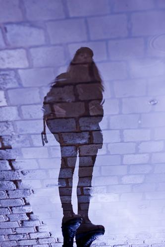 Carina | Spiegelung in einer Pfütze Mensch feminin Frau Erwachsene 1 18-30 Jahre Jugendliche Himmel Wetter Regen Hamburg Stadt Straße Kopfsteinpflaster Stein