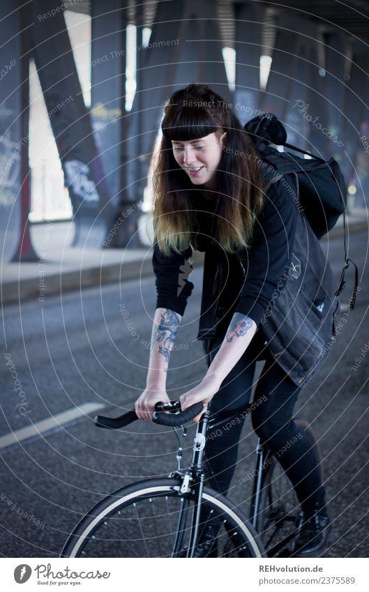 Carina | auf dem Rad in Hamburg Mensch Jugendliche Junge Frau Stadt 18-30 Jahre schwarz Straße Erwachsene Sport feminin Bewegung Glück außergewöhnlich