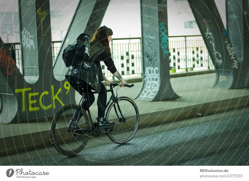 Carina | Junge Frau mit Rennrad unterwegs in Hamburg Mensch Jugendliche Stadt schwarz Straße Erwachsene Lifestyle Gesundheit Bewegung außergewöhnlich