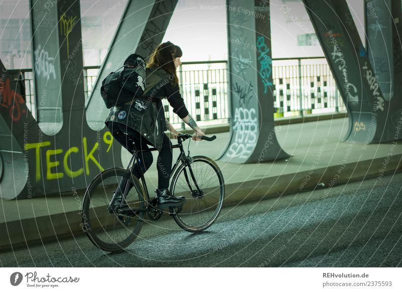 Carina | Junge Frau mit Rennrad unterwegs in Hamburg Lifestyle Freizeit & Hobby Mensch Jugendliche Erwachsene 1 Subkultur Stadt Hafenstadt Brücke Verkehr