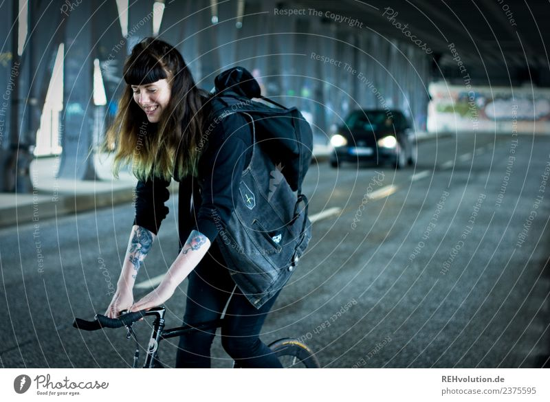 Carina | auf dem Rad in Hamburg Sport Fitness Sport-Training Fahrradfahren Mensch feminin Junge Frau Jugendliche Erwachsene 1 18-30 Jahre Stadt Straße PKW
