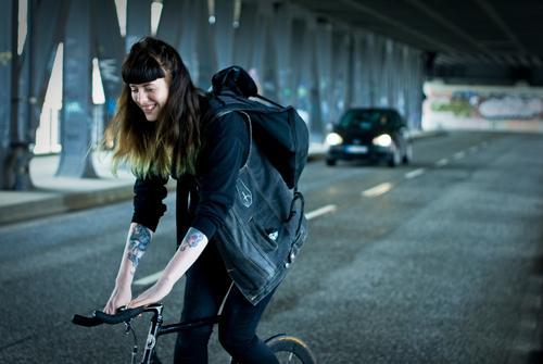 Carina   auf dem Rad in Hamburg Sport Fitness Sport-Training Fahrradfahren Mensch feminin Junge Frau Jugendliche Erwachsene 1 18-30 Jahre Stadt Straße PKW