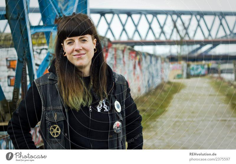Carina - Junge Frau lächelt glücklich Glück Freude Lächeln Lifestyle Mensch Haare & Frisuren Zufriedenheit Jugendliche 18-30 Jahre Erwachsene Jugendkultur