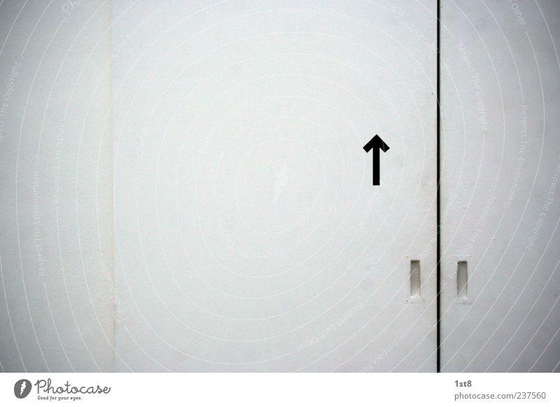 straight ahead Haus Tür Häusliches Leben ästhetisch Coolness trist weiß standhaft Ordnungsliebe Wegweiser Pfeil Türspalt Schiebetür dreckig Farbfoto