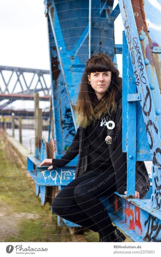 Carina | Junge Frau sitzt im Hafen Lifestyle Mensch feminin Jugendliche 1 18-30 Jahre Erwachsene Jugendkultur Subkultur Hamburg Stadt brünett Pony Graffiti