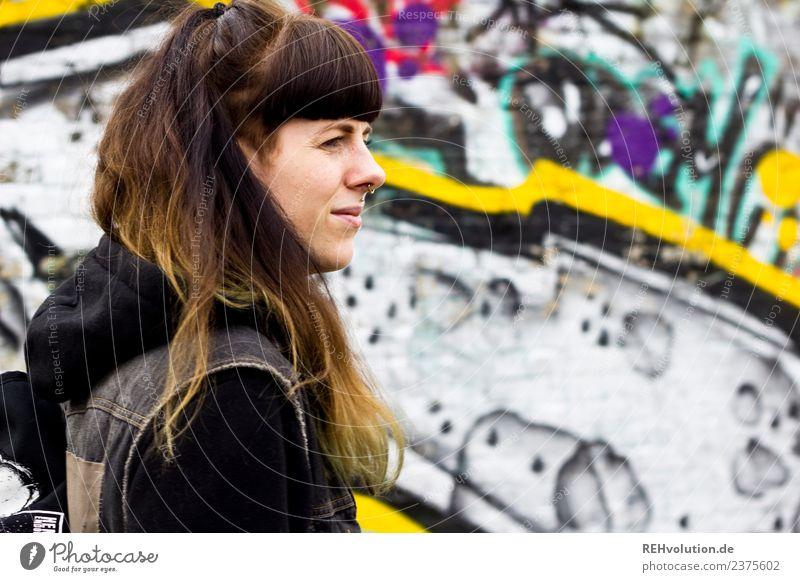 Carina | Portrait mit Graffiti Lifestyle Stil Freizeit & Hobby Mensch feminin Junge Frau Jugendliche Gesicht 1 18-30 Jahre Erwachsene Stadt Piercing