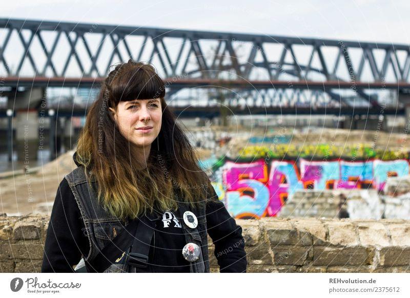 Carina | Junge Frau vor einer Brücke Lifestyle Stil Freizeit & Hobby Mensch feminin Jugendliche Erwachsene 1 18-30 Jahre Jugendkultur Subkultur Hamburg Stadt