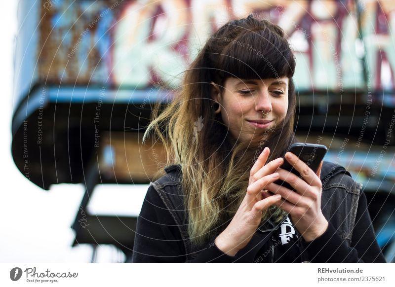 Carina | Junge Frau mit Smartphone Mensch Jugendliche Stadt 18-30 Jahre Gesicht Erwachsene Lifestyle Graffiti natürlich feminin Stil Glück außergewöhnlich