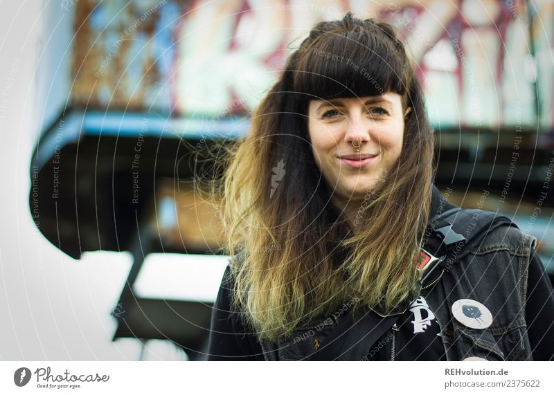 Carina | Junge Frau mit Piercing Lifestyle Stil Freude Mensch feminin Jugendliche Erwachsene 1 18-30 Jahre Hamburg Stadt brünett langhaarig Pony Graffiti