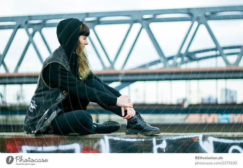 Carina | Portrait in Hamburg Lifestyle Stil Mensch feminin Junge Frau Jugendliche Erwachsene 1 18-30 Jahre Subkultur Stadt Hafen Brücke Mauer Wand Kapuze