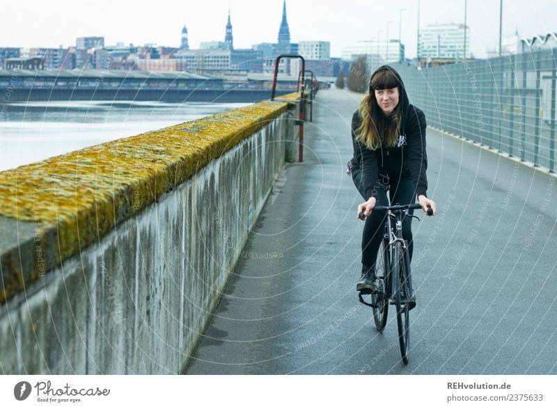 Carina | auf dem Rad in Hamburg Mensch Jugendliche Junge Frau Stadt 18-30 Jahre Erwachsene Wand natürlich Sport Bewegung feminin Mauer außergewöhnlich