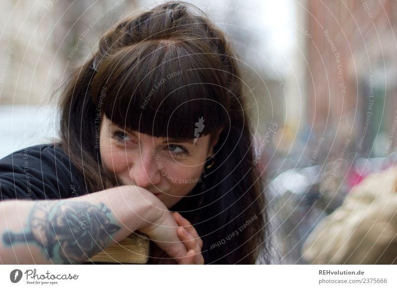 Carina | Junge Frau mit Tattoo Stil Mensch feminin Jugendliche Erwachsene Gesicht Arme 1 18-30 Jahre Jugendkultur Subkultur Stadtzentrum brünett langhaarig Pony