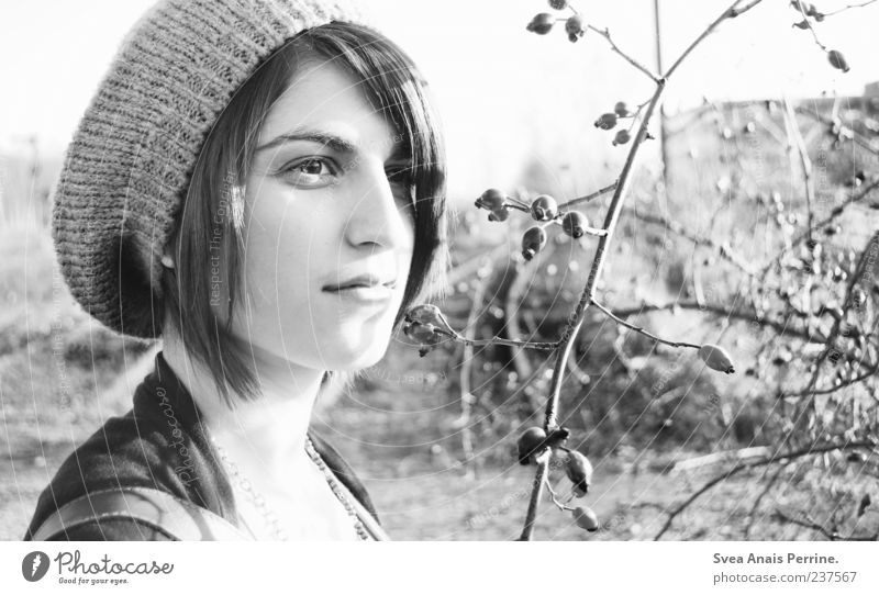 Weiß. elegant Stil feminin Junge Frau Jugendliche 1 Mensch 18-30 Jahre Erwachsene Umwelt Mütze genießen schön einzigartig natürlich dünn Traurigkeit Sorge
