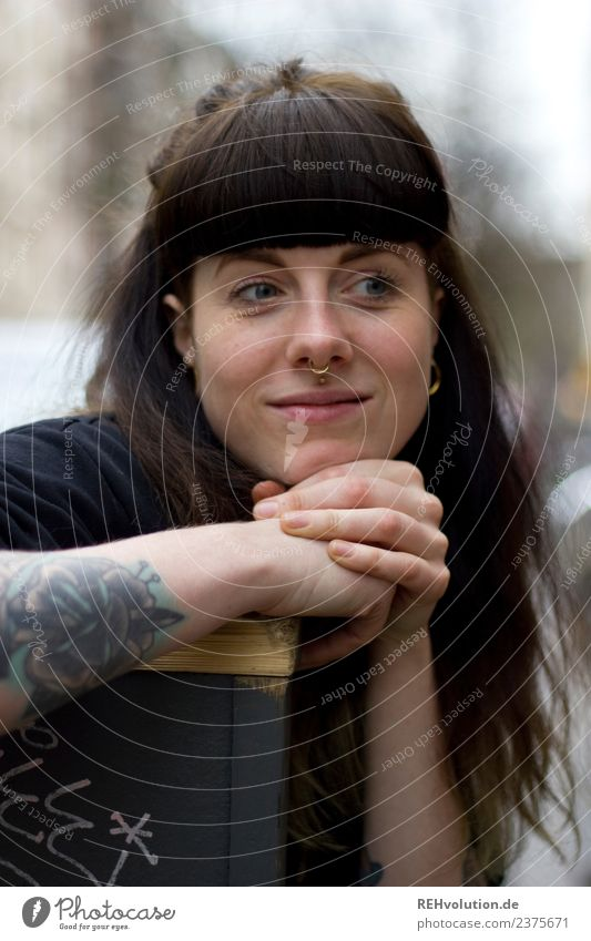 Carina | Junge Frau mit Tattoo und Piercing Lifestyle Freizeit & Hobby Mensch feminin Jugendliche 1 18-30 Jahre Erwachsene Kultur Subkultur Stadt