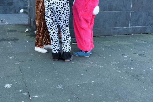 karneval der tiere Freizeit & Hobby Party Veranstaltung Feste & Feiern Karneval Mensch Jugendliche 3 Menschengruppe Mode Bekleidung Stoff Fell Turnschuh Tier