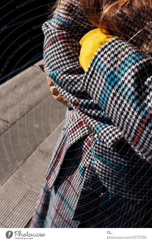ablehnung: körpersprache Frau Mensch Jugendliche Junge Frau 18-30 Jahre Erwachsene Leben gelb feminin Mode Haare & Frisuren Design ästhetisch stehen Arme warten