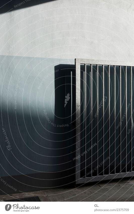 einfahrtstor aus metall, offen Mauer Wand Tür Verkehrswege ästhetisch dunkel eckig trist Wege & Pfade Einfahrt Farbfoto Gedeckte Farben Außenaufnahme