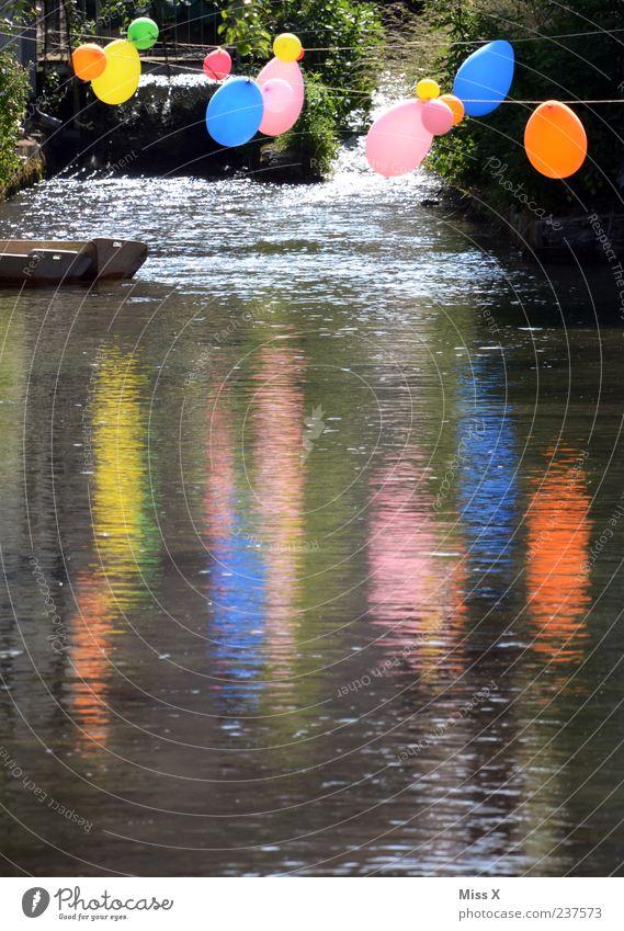 Party Feste & Feiern Teich See Bach Fluss Wasserfall mehrfarbig Luftballon Farbfoto Außenaufnahme Menschenleer Textfreiraum unten Abend Reflexion & Spiegelung