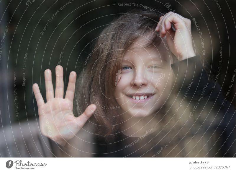 Hello! | Portrait eines lächelnden Jungen im Fenster gespiegelt Kind Kindheit 1 Mensch 8-13 Jahre langhaarig Glas berühren Lächeln lachen Blick Fröhlichkeit