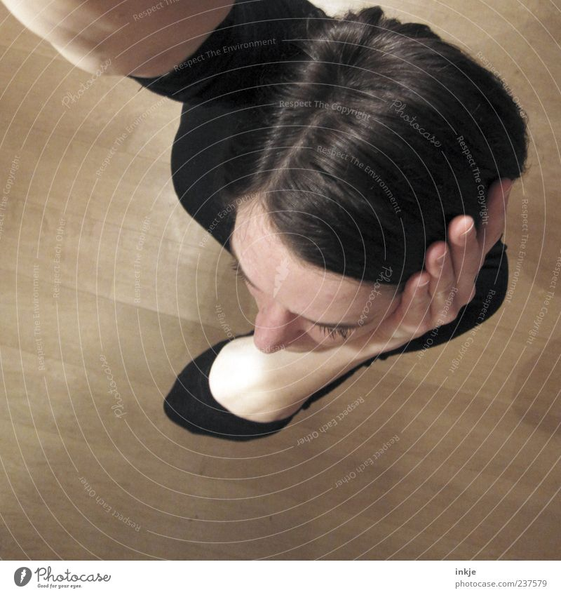 Frisurcheck-Langarmfoto Mensch Frau schwarz Erwachsene feminin Haare & Frisuren Kopf braun Schutz hören Konzentration Stress brünett Scham schwarzhaarig Scheitel