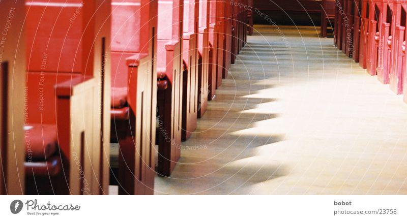 Rote Betgelegenheiten Religion & Glaube Christentum Gebet Bank rot Tempel sitzen Schatten