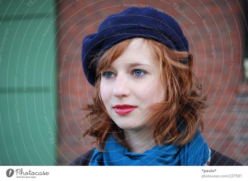 Something Stil Lippenstift feminin Junge Frau Jugendliche Kopf 18-30 Jahre Erwachsene Mauer Wand Schal Hut rothaarig Locken beobachten Denken Blick träumen