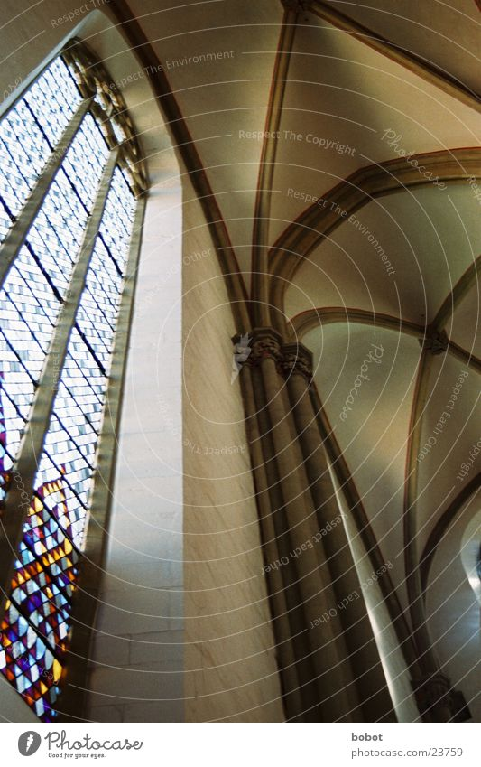 Buntes Glas wo Licht durchfällt mehrfarbig Mosaik Fenster Wand heilig Christentum Tempel Teufel Gebet Gotteshäuser Religion & Glaube Lichtschein Okult Schatten