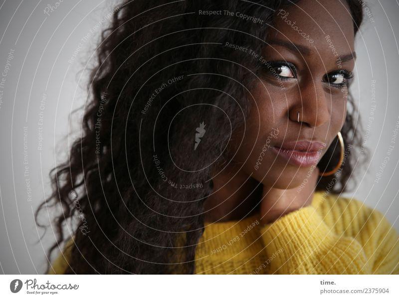 Apolline feminin Frau Erwachsene 1 Mensch Pullover Piercing Ohrringe Haare & Frisuren schwarzhaarig langhaarig Locken beobachten festhalten Blick warten