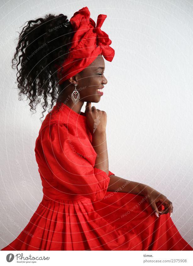 Apolline feminin Frau Erwachsene 1 Mensch Kleid Ohrringe Kopftuch Haare & Frisuren schwarzhaarig langhaarig Locken festhalten genießen lachen sitzen schön rot