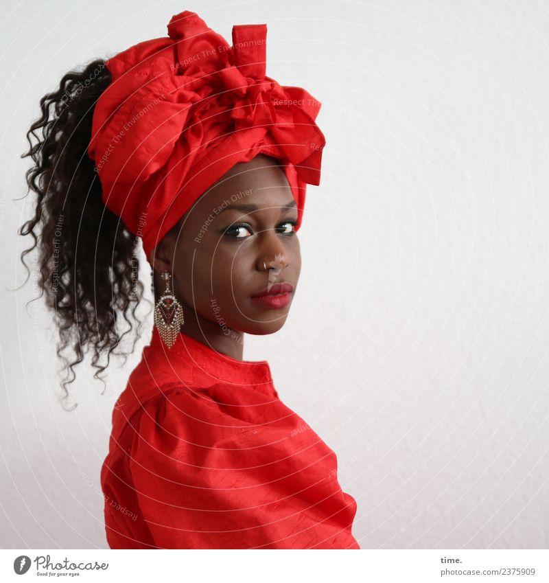 Apolline feminin Frau Erwachsene 1 Mensch Kleid Piercing Ohrringe Kopftuch schwarzhaarig langhaarig Locken beobachten Blick warten schön rot selbstbewußt