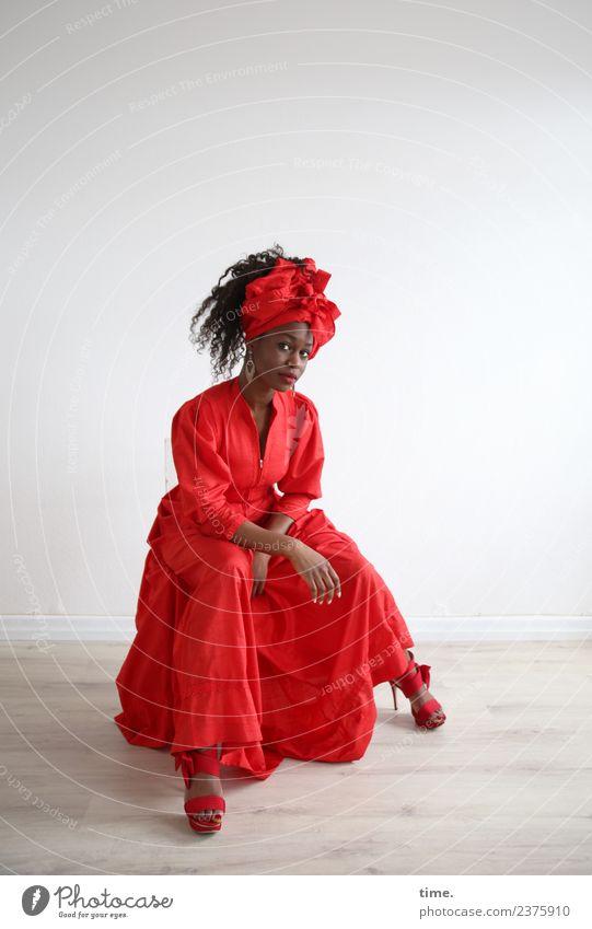 Apolline Raum feminin Frau Erwachsene 1 Mensch Kleid Damenschuhe Kopftuch Haare & Frisuren brünett langhaarig Locken beobachten Denken Blick sitzen warten schön