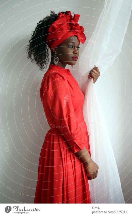 Apolline Raum Gardine Vorhang feminin Frau Erwachsene 1 Mensch Kleid Ohrringe Kopftuch brünett langhaarig Locken beobachten festhalten Blick stehen ästhetisch