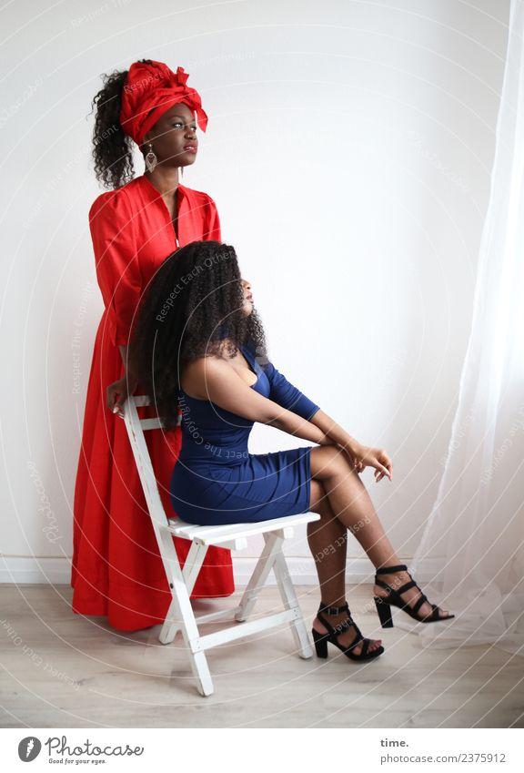 Arabella und Apolline Stuhl Raum Vorhang Gardine feminin Frau Erwachsene 2 Mensch Kleid Ohrringe Damenschuhe brünett langhaarig Locken Afro-Look beobachten