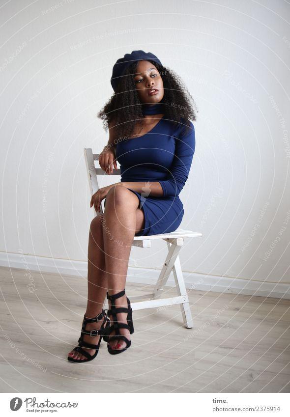 Arabella Stuhl Raum feminin Frau Erwachsene 1 Mensch Kleid Damenschuhe Mütze Haare & Frisuren schwarzhaarig langhaarig beobachten Blick sitzen warten ästhetisch