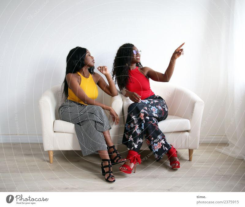 Arabella und Apolline Sessel Raum Gardine Vorhang feminin Frau Erwachsene 2 Mensch T-Shirt Hose Brille Damenschuhe schwarzhaarig langhaarig Locken Erholung