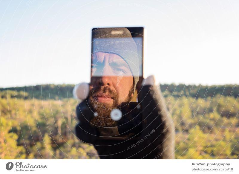 Natur Ferien & Urlaub & Reisen Mann Hand Wald Gesicht Erwachsene Lifestyle Herbst Tourismus Freizeit & Hobby Lächeln Fotografie Grafik u. Illustration Telefon