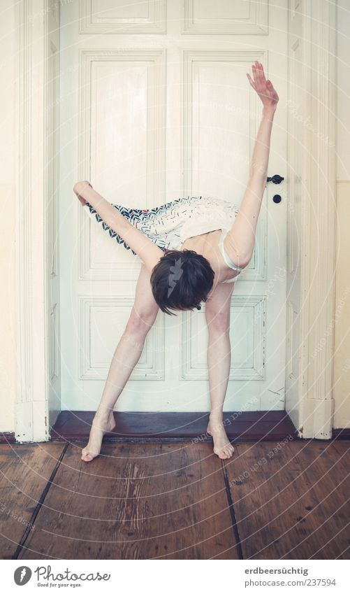 Startposition feminin Junge Frau Jugendliche Kopf Beine Tanzen Tür Kleid kurzhaarig stehen einzigartig dünn weiß Dielenboden bleich beugen verbeugen Türschwelle