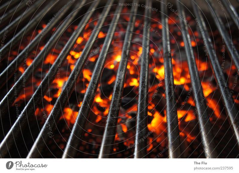 Auf heißen Kohlen! Grill Holz Metall gelb rot schwarz Grillen Holzkohle Feuer Glut glühen Wärme Farbfoto Detailaufnahme Kontrast Vogelperspektive Menschenleer