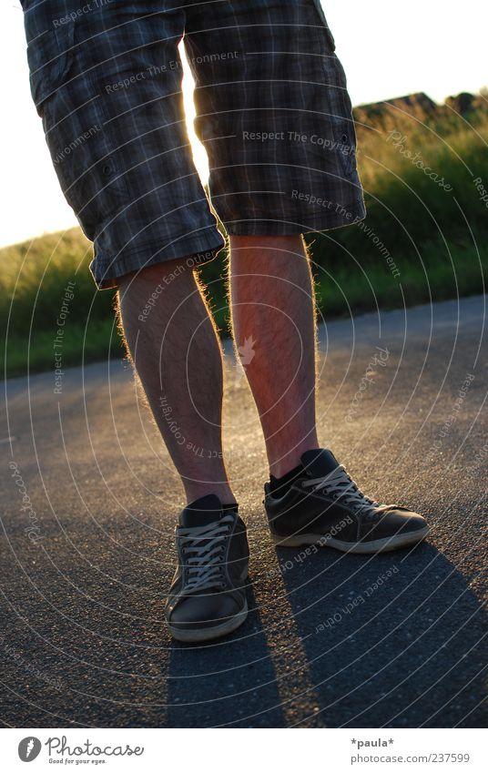 Sommerabend Lifestyle Stil maskulin Junger Mann Jugendliche Beine Fuß 1 Mensch 18-30 Jahre Erwachsene Straße Shorts Turnschuh stehen warten modern gelb grau