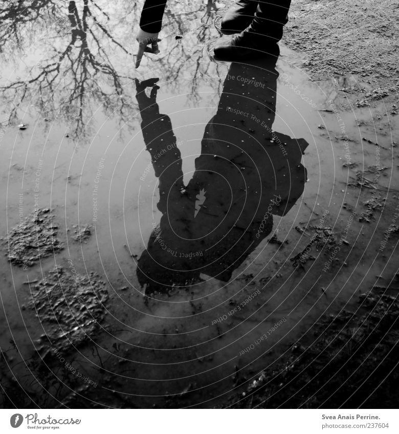 tauche in den Himmel ein. 1 Mensch schlechtes Wetter Baum Stiefel kalt dünn Traurigkeit Sorge Trauer Wasser Reflexion & Spiegelung Spiegelbild Schatten dunkel