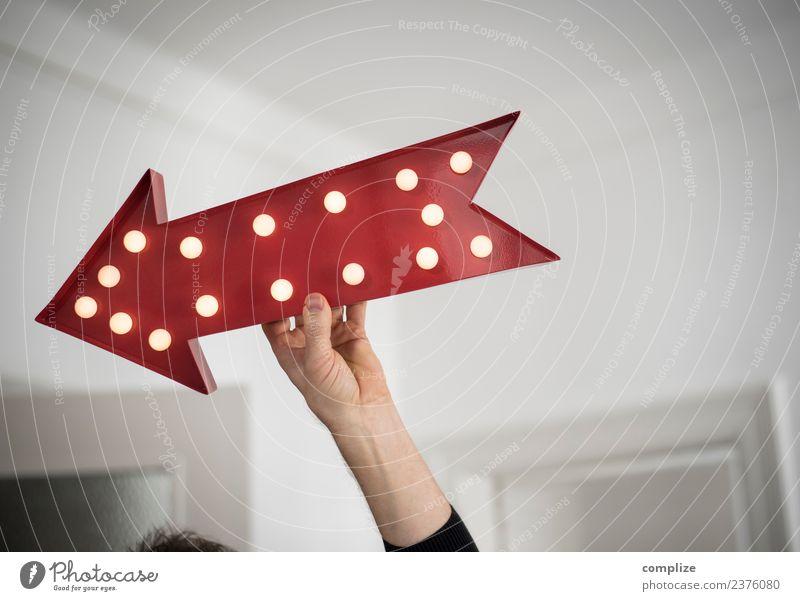 Richtungsweisend Nachtleben Party Medienbranche Business Häusliches Leben Ziel zeigen Uhrenzeiger Pfeil richtungweisend Hand Leuchtreklame retro Innenaufnahme