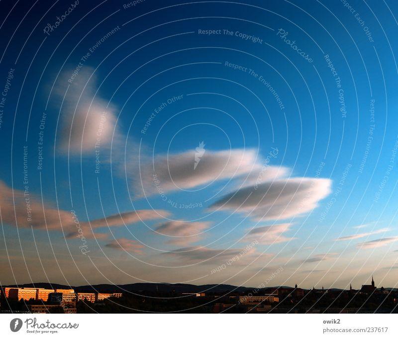 Über der Stadt Himmel blau rot Wolken schwarz Haus Ferne Horizont Deutschland Wind Klima natürlich Kirche Europa Idylle