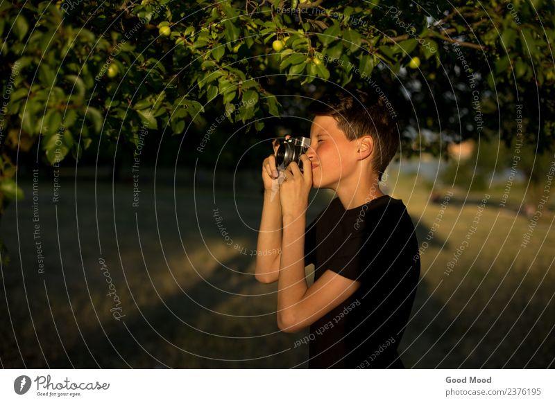Junge Fotografin mit Retro-Filmkamera im Garten Stil schön Freizeit & Hobby Ferien & Urlaub & Reisen Sommer Sonne Fotokamera Technik & Technologie Mensch Mann