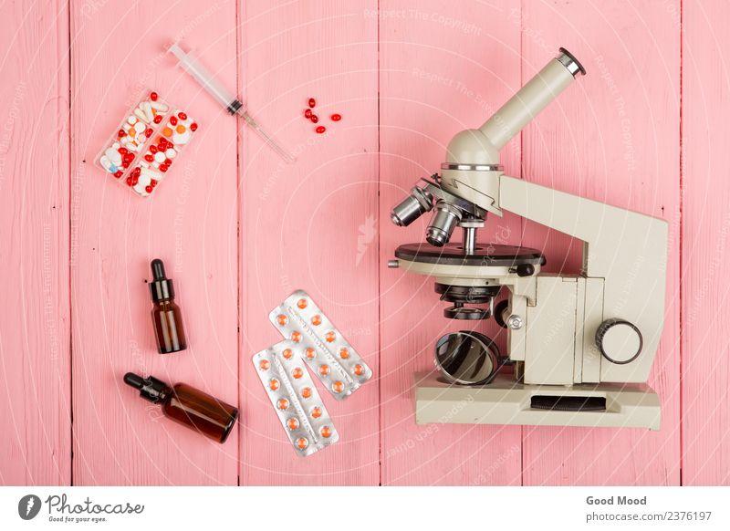 Arbeitsplatzwissenschaftler / Arzt - Mikroskop, Pillen auf rosa Flasche Gesundheitswesen Medikament Schreibtisch Wissenschaften Labor Prüfung & Examen Industrie