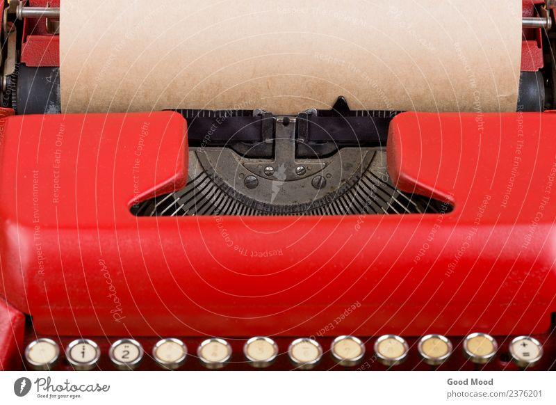 Rote Vintage-Schreibmaschine mit leerem Papierbogen Stil Tisch Arbeit & Erwerbstätigkeit Büro Post Technik & Technologie Holz alt schreiben retro rot