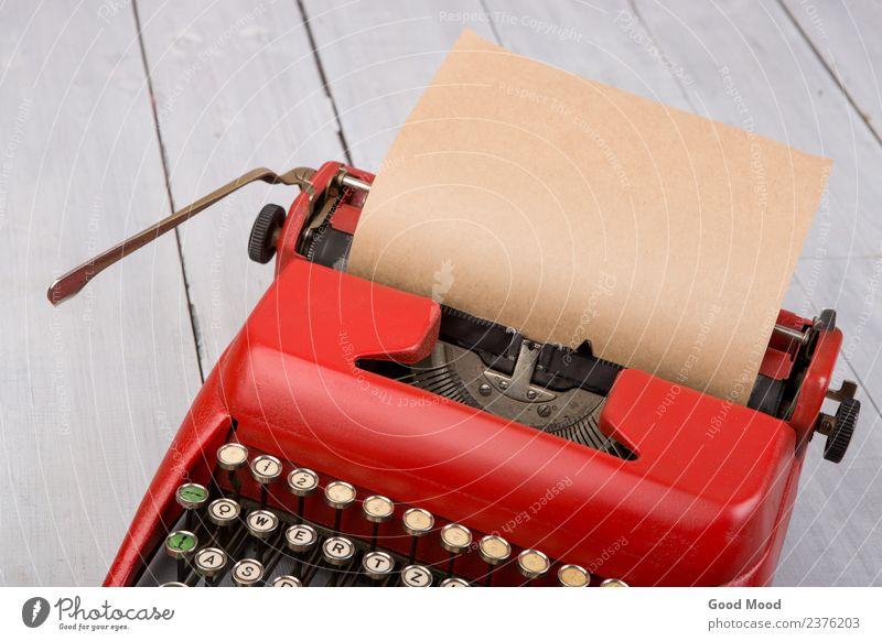 Rote Vintage-Schreibmaschine mit leerem Papierbogen auf Tisch Stil Arbeit & Erwerbstätigkeit Büro Post Technik & Technologie Holz alt schreiben retro rot weiß