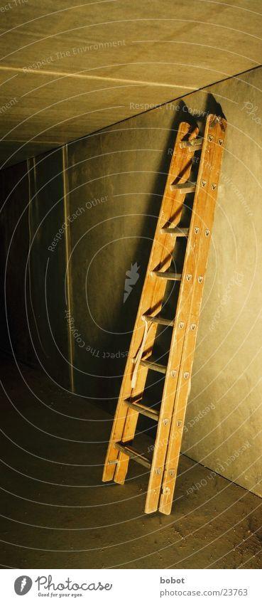 Leider Handwerk Leitersprosse oben unten Schattenspiel Elektromonteur Holz Werkzeug Scheune Treppe ab