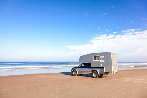 Wohnmobil, Pickup am Strand Ferien & Urlaub & Reisen Abenteuer Ferne Camping Sommer Sommerurlaub Sonne Meer Wellen Ruhestand Natur Urelemente Sand Wasser Himmel
