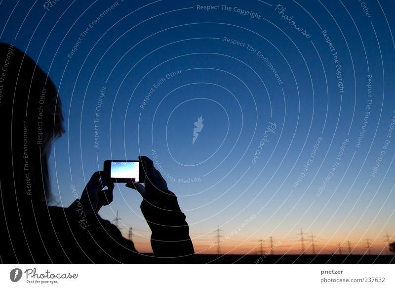 Catch the sunset Mensch Hand Kopf Freizeit & Hobby Fotografie außergewöhnlich Handy Telefon machen Strommast Fotografieren Telekommunikation Kontrast Technik & Technologie haltend Handy-Kamera