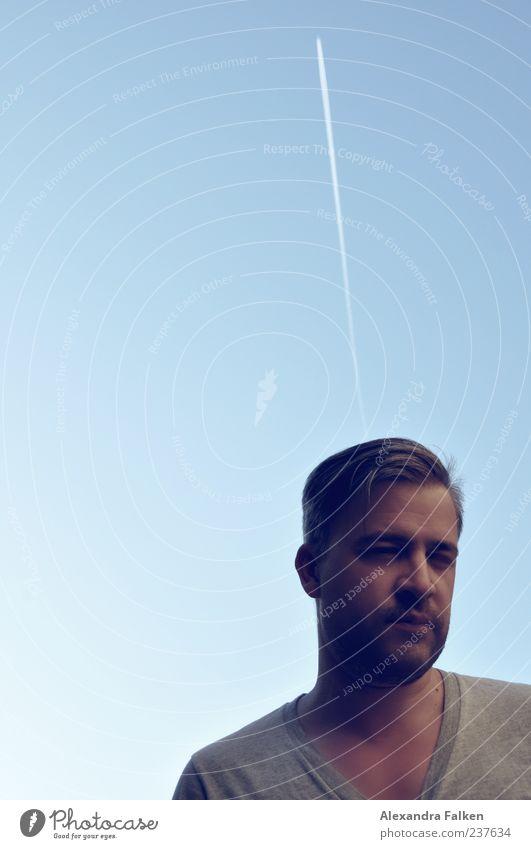 Düsentrieb maskulin Mann Erwachsene 1 Mensch 30-45 Jahre Himmel Wolkenloser Himmel Schönes Wetter Luftverkehr Flugzeug Fluggerät T-Shirt Blick Unendlichkeit